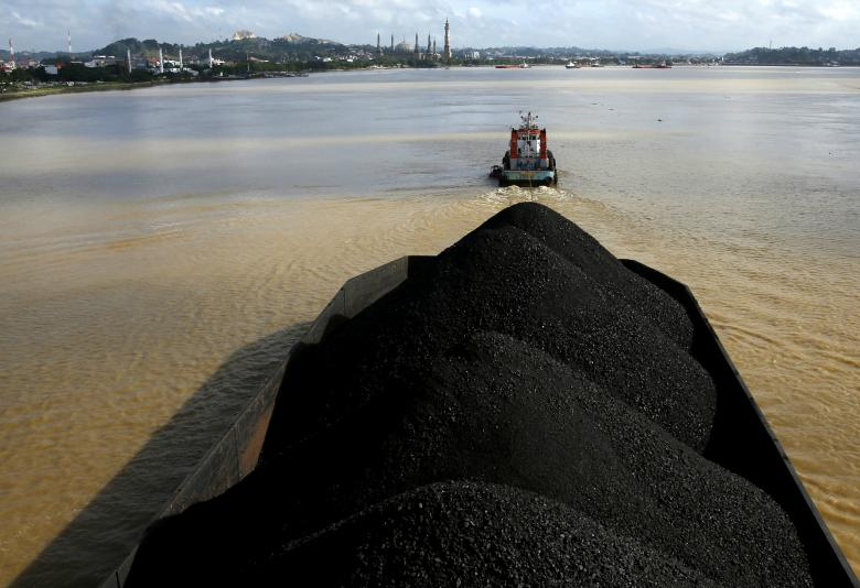 A tug boat pulls a coal barge along the Mahakam River in Samarinda, Indonesia, March 2, 2016. REUTERS/Beawiharta/File Photo