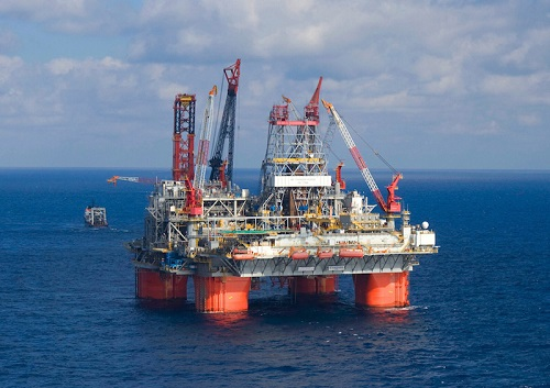 Thunder Horse on location in the Gulf of Mexico along with the Discoverer Enterprise, Heerema Thialf and Heerema Balder.