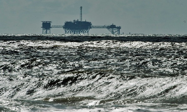 FILE PHOTO: An oil and gas drilling platform stands offshore in the Gulf of Mexico in Dauphin Island, Alabama, U.S., October 5, 2013.  REUTERS/Steve Nesius/File Photo